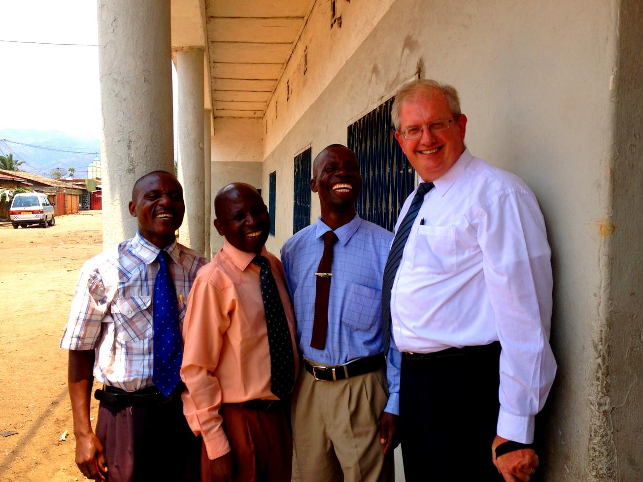 Pasteur Mario Monette prêche au Congo (2015)